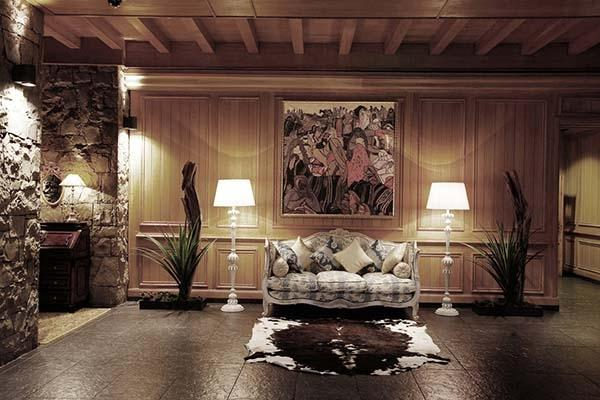 Realizzazione e installazione di un dipinto, by Patrizia Trevisi,  in uno chalet di montagna.