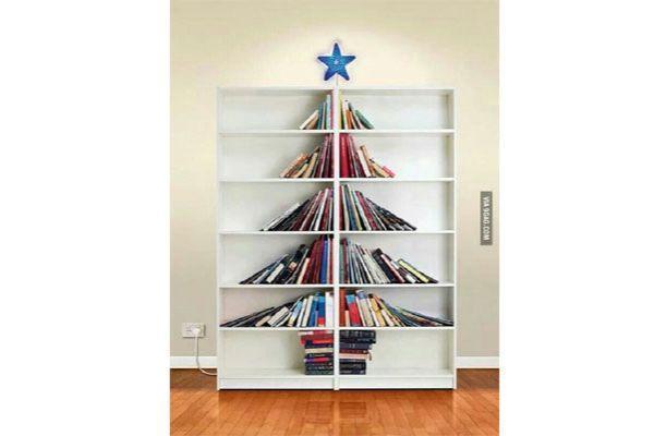 Libreria con libri disposti ad albero di Natale Hrenoten.com