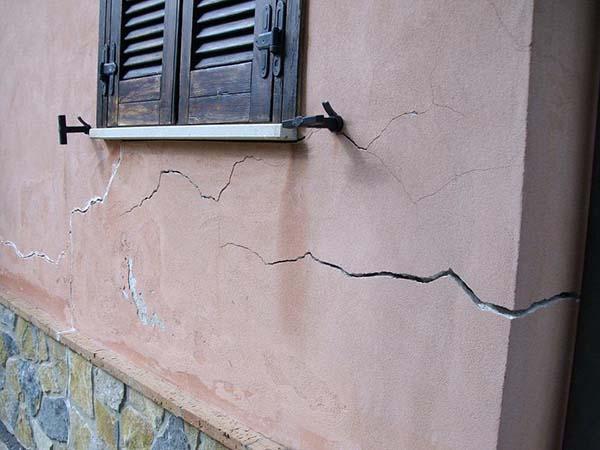 Cedimento delle fondazioni: crepe nei muri