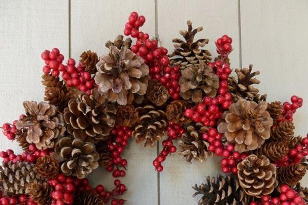 Foto decorazioni natalizie fai da te - Decorazioni con le pigne per natale ...