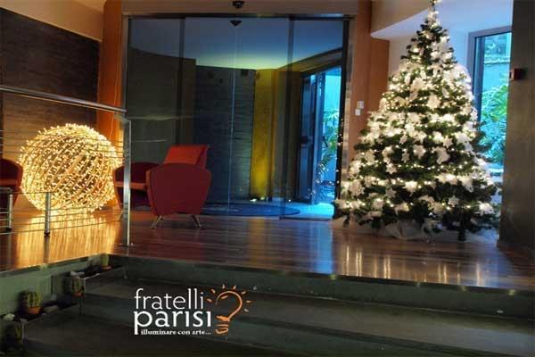 Addobbo con sfera luce led calda di Fratelli Parisi