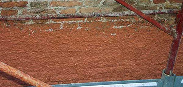 Un intonaco a base di malta di cocciopesto appena applicato sulla muratura. Dal sito dell'Azienda Heres.