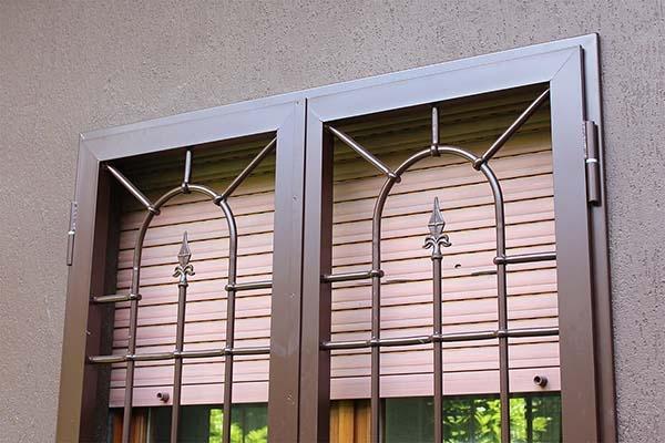 Inferriata di sicurezza con disegno ad arco. Di Officine Locati