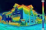 La termografia evidenzia i ponti termici soprattutto in corrispondenza del tetto e delle solette dei balconi.