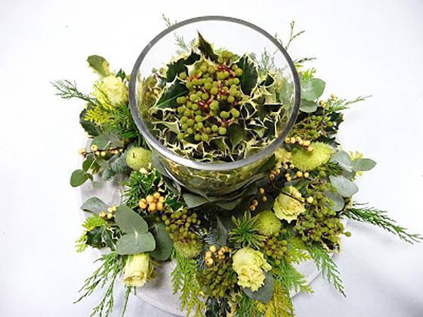 Centrotavola con mix di piante e pungitopo