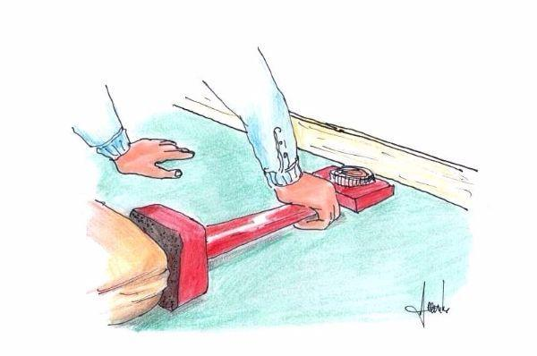 Come distendere la moquette a pavimento con l'attrezzo dedicato