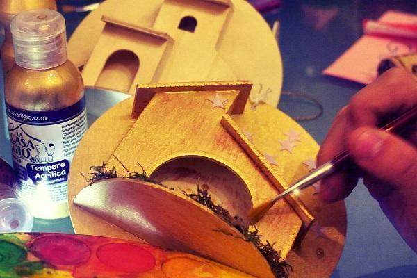 Casetta di legno dipinta a mano da Elvana Brizio; foto di Fabio Bartone