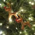 Renne realizzate con tappi di sughero appese all'albero. Fonte Pinterest, visto su katelesterinteriors.blogspot.ca