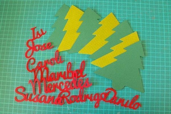 Inizio realizzazione del segnaposto a forma di abete in cartone. Fonte Pinterest, visto su fiebredescrapbook.com
