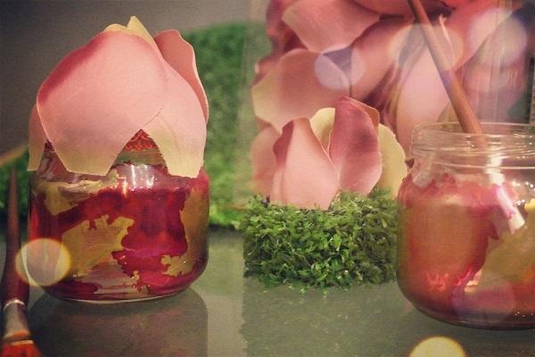 Barattolo dipinto a mano e decorato con petali di rosa sintetici