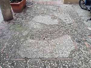 Pavimentazione in ciottoli molto degradata, e urgentemente bisognosa di restauro.