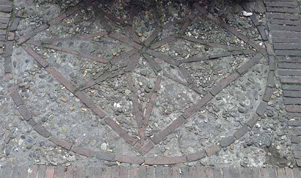 Motivo a stella in ciottoli e mattoni per coltello. Bologna, via Zamboni.