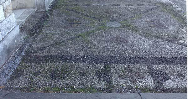 Pavimentazione in ciottoli bicolori con decorazione geometrica: in questi casi il rilievo ne risulta molto semplificato.