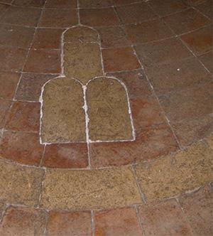 Pavimentazione in cotto con elementi araldici; Urbino, Palazzo Albani. Fotografia di Virginia Cangini.