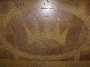 Pavimentazione in cotto con corona araldica. Urbino, Palazzo Albani. Fotografia di Virginia Cangini.