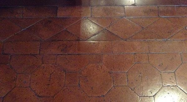 Pavimento in cotto a decorazioni modulari. Firenze, Palazzo Davanzati.