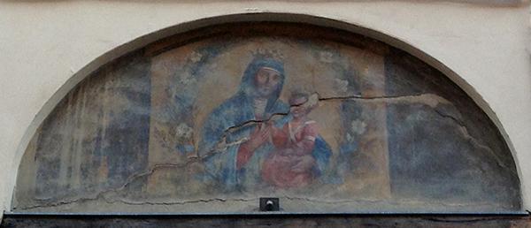 Immagine della Madonna di San Luca nel sopraluce di un portone. Bologna, via del Pratello.