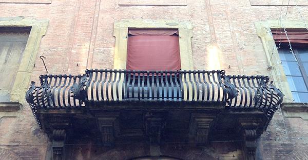 Balcone in ferro battuto di un palazzo gentilizio di Bologna.