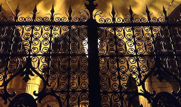 Il cancello del Palazzo Sanuti Bevilacqua Degli Ariosti a Bologna.