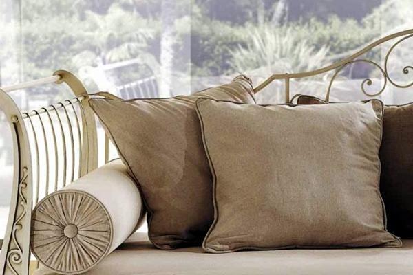 Cuscini per divani un tocco decorativo in casa for Cuscini colorati per divani