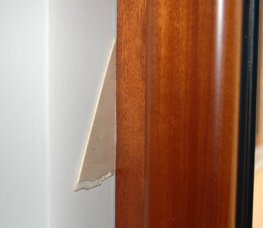 Cattiva posa del telaio di un infisso con spazio lasciato tra muratura e telaio