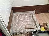 Piatto doccia con pietre, progetto di Fabio Mainero