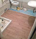 Ristrutturazione del bagno fai da te: Installazione del pavimento, di Fabio Mainero