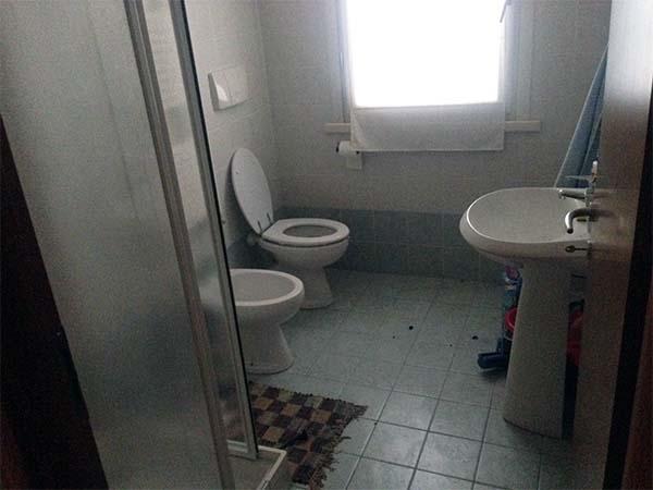 Foto di un piccolo bagno prima degli interventi di ristrutturazione