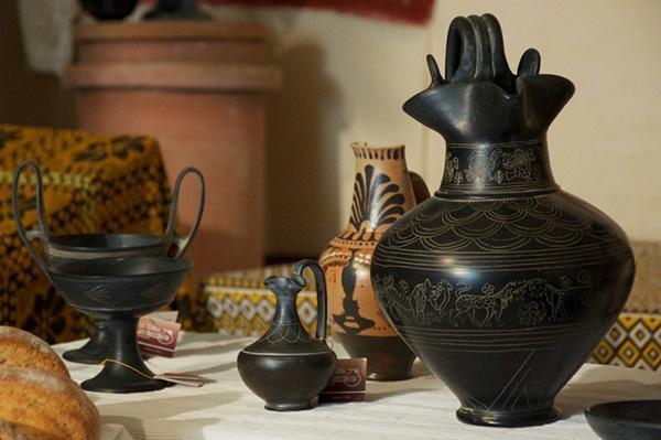 Riproduzioni di manufatti etruschi in bucchero, da La Terra dei Buccheri.