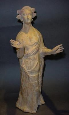 Autentica statuetta greca in terracotta, commercializzata da Mutina Ars Antiqua.