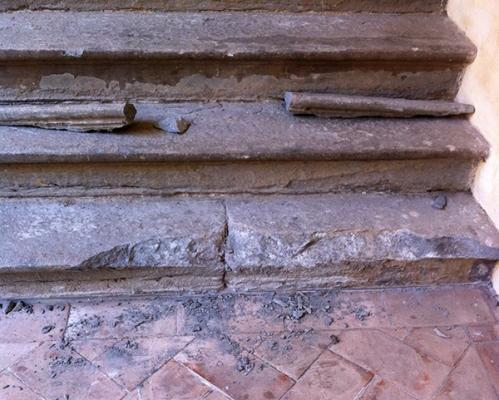 Rottura scomposta scalino in pietra