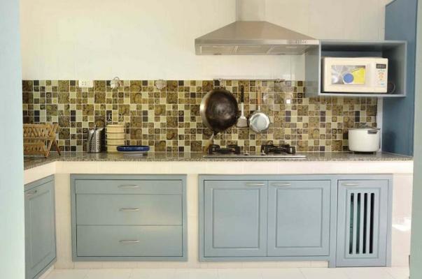Cucina in muratura con ante prefinite, verniciate in azzurro avion