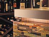 Bancone rivestito con piastrelle della collezione Pietre Preziose dell'azienda Venezia Arte.
