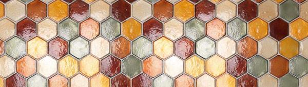 Rivestimento in piastrelle di vetro della collezione Vetroattivo della Vetreria Resanese.