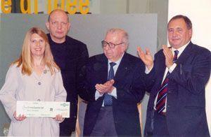 Diana Tomasich premiata dall'Arch. Claudio Silvestrin, dal Rag. Giorgio Comani, Presidente della Gazzotti e dal Dott. Carlo Comani, Amministratore Delegato.