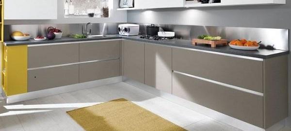 Zoccolature cucina: Lube, modello  Essenza con zoccolo e gola alluminio