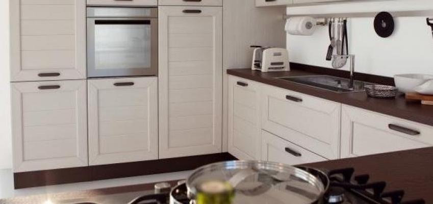 Zoccolature in cucina: Lube, Claudia con zoccolo stessa finitura top