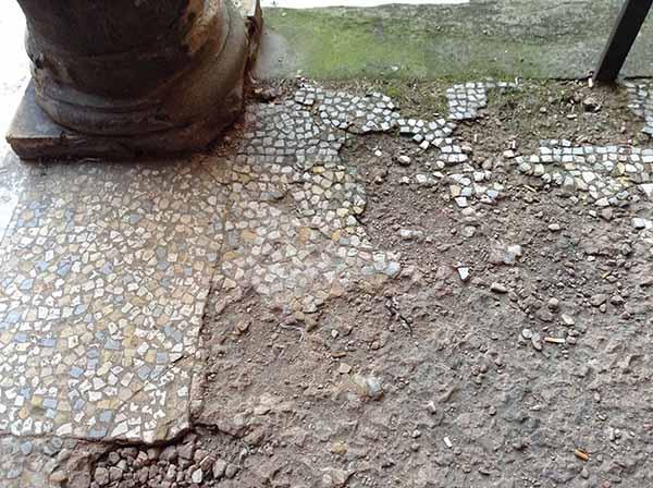 Pavimentazione alla veneziana molto degradata.