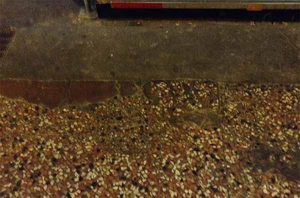 Pavimentazione alla veneziana con lesioni.