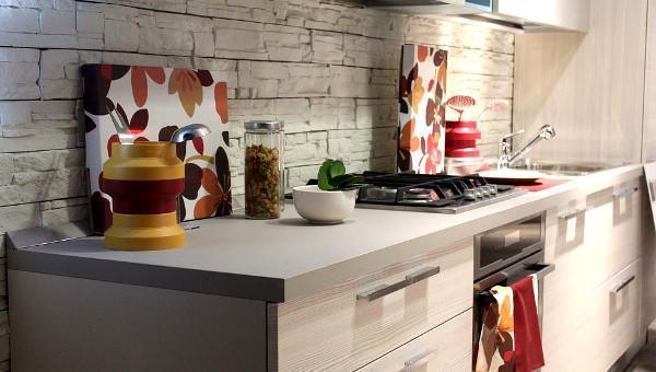 Cucina con pareti particolari