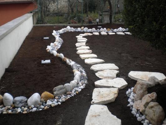 Realizzare un giardino: posizionamento pietre
