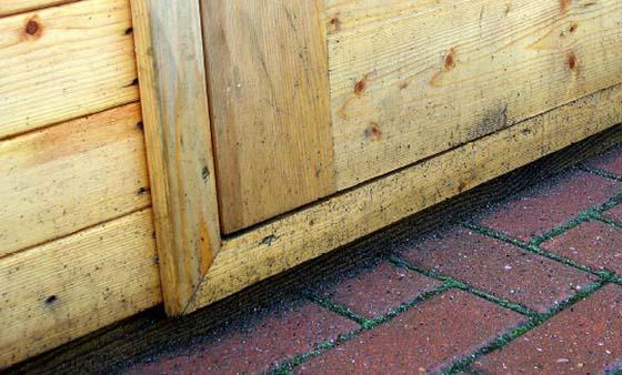 Pavimentazione e marciapiede in prossimità di casetta in legno
