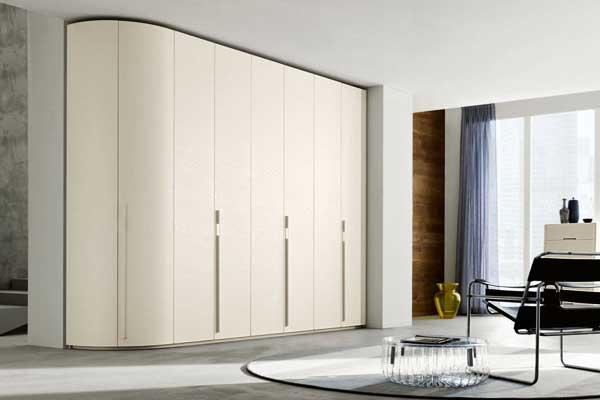 Linearità e semplicità per l'armadio angolare curvo by Napol Arredamenti S.p.A