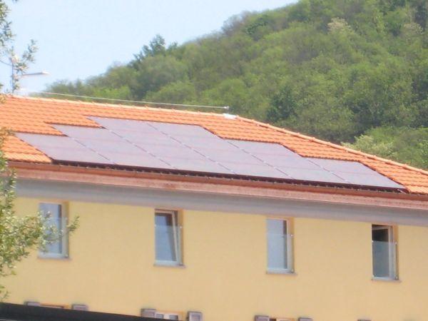 Pannelli fotovoltaici rossi di SPSistem Srl
