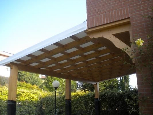Pergola in legno e telo di copertura