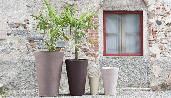 Collezione di vasi da fiori Liscio Siena di Serralunga.