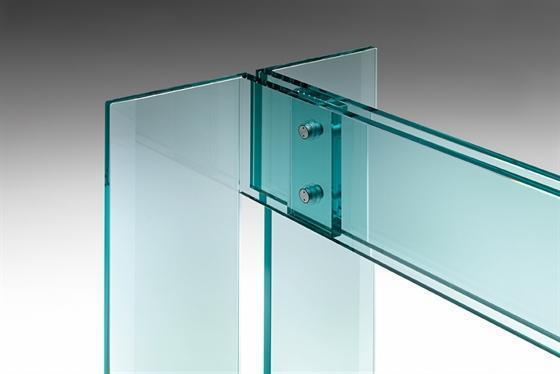 Particolare di un tavolo trasparente in vetro dell'azienda Fiam Italia.