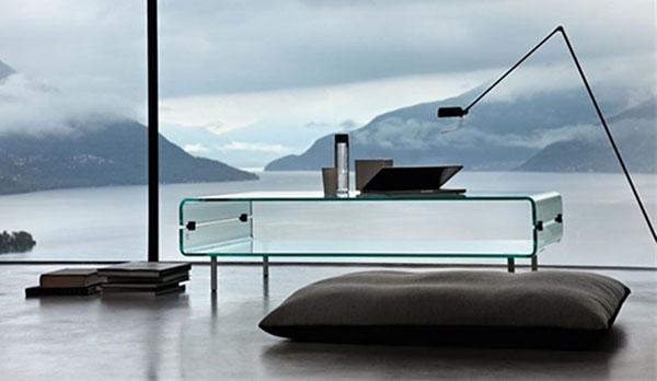 Mobili trasparenti e grandi vetrate danno vita a un'architettura minimalista e praticamente invisibile.