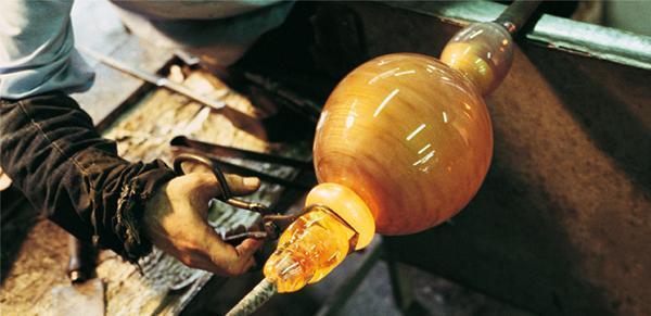 Le lavorazioni tradizionali del vetro si applicano anche ad oggetti in stile contemporaneo.