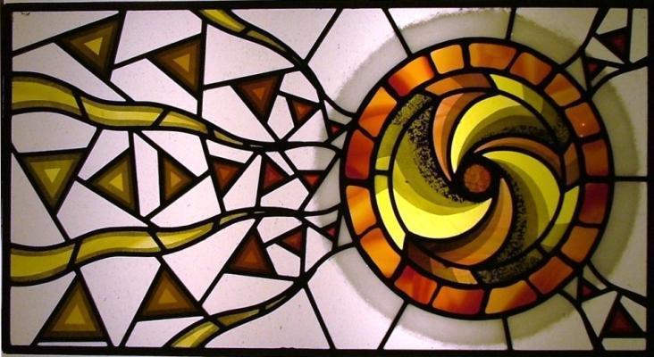 Vetrata contemporanea con motivo a spirale, by IKO Studio.